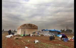 Οι εσωτερικά εκτοπισμένοι του πρώτου κύματος εγκατέλειψαν τα σπίτια τους εξαιτίας των σφοδρών αεροπορικών επιδρομών στη βορειοδυτική Συρία και έφτιαξαν αυτοσχέδια καταλύματα στο πλάι του κεντρικού αυτοκινητόδρομου στην επαρχία Idlib. Οι συγκρούσεις έχουν διώξει περισσότερους από 212.000 ανθρώπους από τα σπίτια τους.